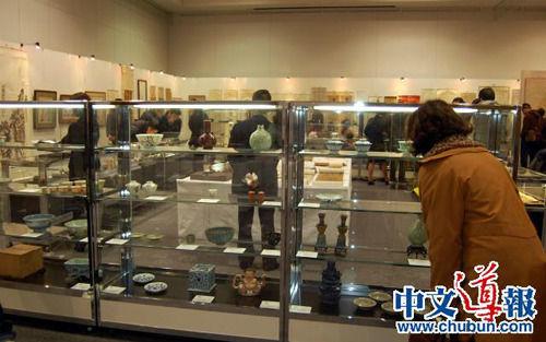 华人收藏热推动中国艺术品拍卖热,图为拍卖会现场。