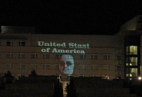 """德国光线大师在美驻德使馆投影""""美国斯塔西""""网页截图"""